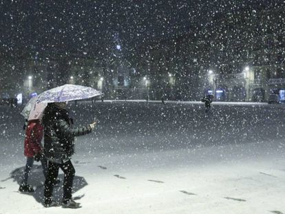 La plaza Mayor de Vic, nevada, este lunes.