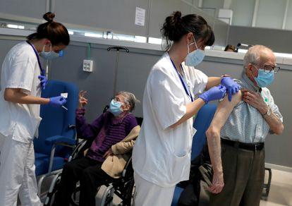 Vacunación a mayores de 80 años en el Hospital Isabel Zendal, el pasado 17 de marzo en Madrid.