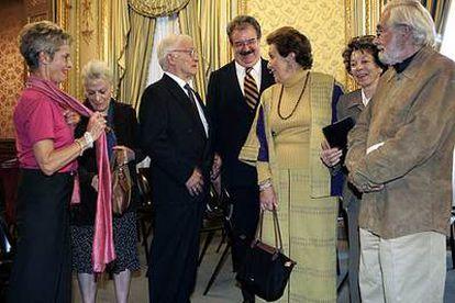 Concha Ruiz Funes, Elena Aub, Carlos Vélez, Fernando Serrano, Carmen Tagüeña, Flora Morata y Tomás Segovia (de izquierda a derecha), ayer en la Casa de América.
