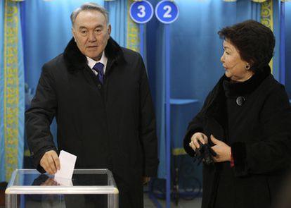Nursultán Nazarbáyev junto a su mujer Sara Voters durante su votación.