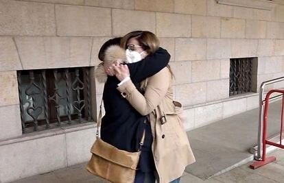 A la derecha, Eva Febrero, viuda de una de las víctimas de 'Ígor el Ruso', se abraza con una amiga al salir de declarar en el juicio por el asesinato de su marido.