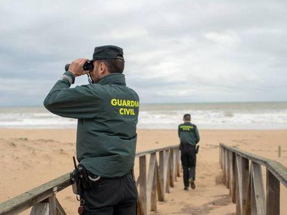 La Guardia Civil busca a los desaparecidos en la playa de el Palmar (Cádiz). En vídeo, nuevo naufragio en el Estrecho.