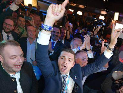 Simpatizantes de AfD celebran los resultados electorales, el domingo en Berlín.