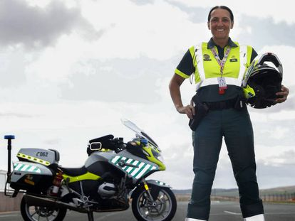 La sargento Marian Santiago, preparada para una etapa de la Vuelta. En vídeo, así es la vuelta por dentro.