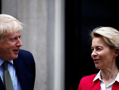 Boris Johnson y Ursula von der Leyen, al inicio de su reunión en Londres el pasado enero.