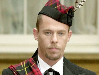 Alexander McQueen, cuando recibió la orden del imperio británico en 2003.