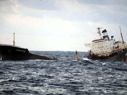 El petrolero Prestige, partido en dos, se hunde a 250 kilómetros de la costa gallega, en aguas del Atlántico.