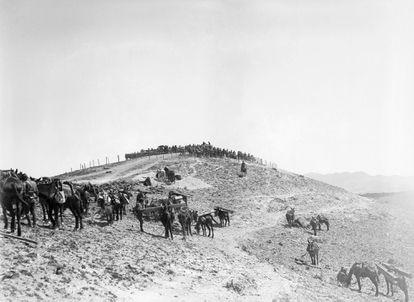Una unidad del ejército español realiza obras de fortificación en un blocao en el Rif hacia 1923.