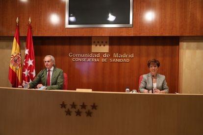 El consejero de Sanidad en funciones de la Comunidad de Madrid, Enrique Ruiz Escudero, y la directora general de Salud Pública, Elena Andradas, en la rueda de prensa del pasado 21 de mayo.