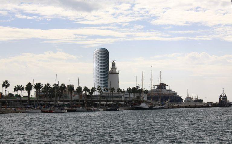 Impacto de la Torre del Puerto de Málaga en el perfil de la ciudad histórica, según una recreación de la plataforma Defendamos Nuestro Horizonte, cuyo manifiesto en contra de la construcción del hotel de lujo en la ciudad firman decenas de personalidades de la cultura.