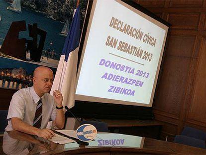 El alcalde donostiarra, Odón Elorza, presentó la declaración cívica a los medios informativos en la mañana de ayer en el Ayuntamiento.