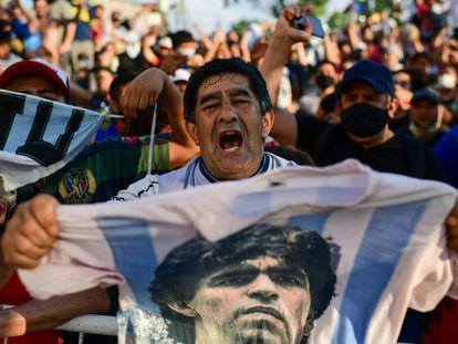 Aficionados se congregan en las afueras de la morgue de Buenos Aires.