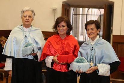 La vicepresidenta (centro) con dos mujeres honoris causa nombradas el pasado viernes en la Universidad de Salamanca.