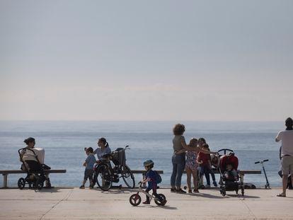 Niños y familias en el paseo marítimo de Barcelona.