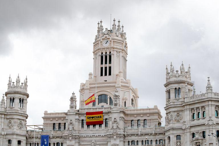Fachada del Ayuntamiento de Madrid durante el estado de alarma decretado por el Gobierno para combatir el coronavirus, en Madrid.