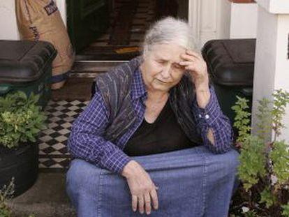 La escritora Doris Lessing en la puerta de casa el 11 de octubre de 2007. Volvía de la compra cuando recibió la noticia de la concesión del Nobel.