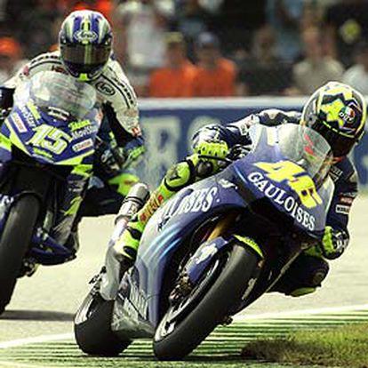 Rossi, tras superar a Sete Gibernau en la última vuelta de la prueba MotoGP.