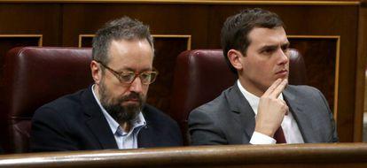 Juan Carlos Girauta y Albert Rivera, durante la intervención de Sanchez.