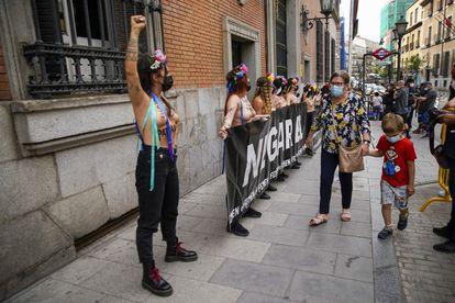 Las activistas de Femen, frente al Ministerio de Justicia.