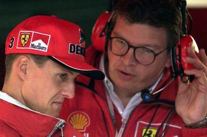 Schumacher escucha las instrucciones de Ross Brawn, su director técnico, en el GP de Bélgica de 1998, cuando ambos estaban en Ferrari.