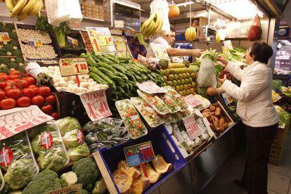 Una mujer realiza sus compras en una frutería de Madrid.