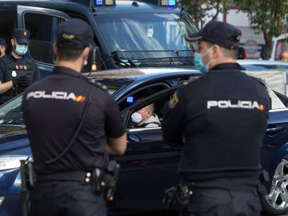 Agentes de la Policía Nacional, el pasado 3 de octubre en un control en Madrid.