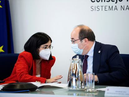La ministra de Sanidad, Carolina Darias, charla con el ministro de Política Territorial, Miquel Iceta, durante el Consejo Interterritorial del Sistema Nacional de Salud celebrado este miércoles.