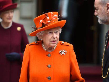 Isabel II ayer durante su visita a la Real Academia de las Artes de Londres con motivo de su 250 aniversario.