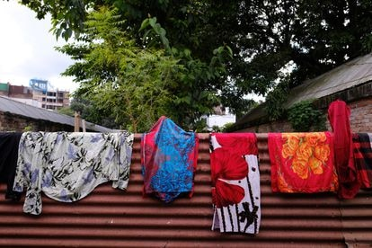 Ropa tendida dentro del recinto del burdel de Kandapara, en Tangail.