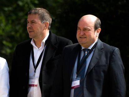 Arnaldo Otegi y Andoni Ortuzar, en el acto de la disolución de ETA celebrado en Cambo (Francia) en mayo pasado.