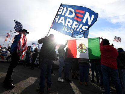 Un grupo de partidarios de Joe Biden celebra su victoria en Las Vegas (Nevada), el sábado.