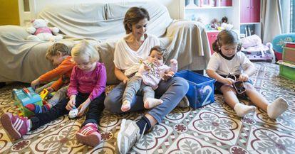 Marga Roure con sus hijos Núria, Santi, Carla y Laura.