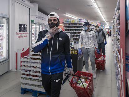 Omar Montes, junto a Oscar Barrul e Iván Salcedo, comprando comida en el supermercado Alcampo de Carabanchel.