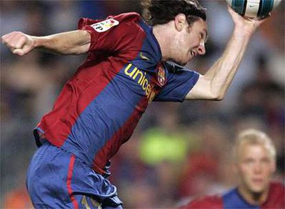 Messi marca el empate con la mano, como Maradona en 1986