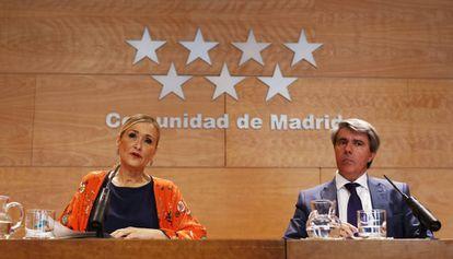 Cristina Cifuentes , presidenta de la Comunidad de Madrid, y Ángel Garrido, consejero de Presidencia, en agosto.