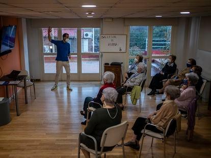 Residentes del centro Ballesol 60, en Pozuelo de Alarcón (Madrid), el jueves en una clase sobre la historia de Eurovisión.