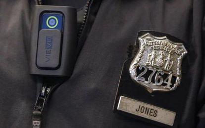 Un policía de Nueva York con una cámara.