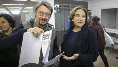 Xavier Domènech, portavoz de En Comú Podem, y Ada Colau, alcaldesa de Barcelona, en la reunión de grupo promotor.