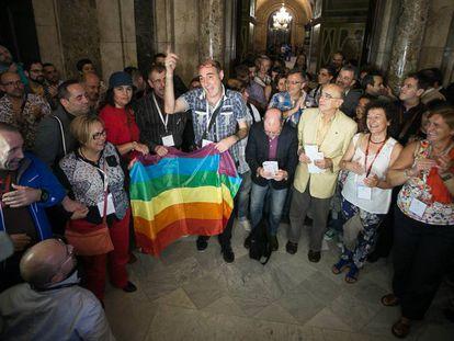 Representantes de asociaciones LGTB en 2014 en el Parlament de Cataluña.