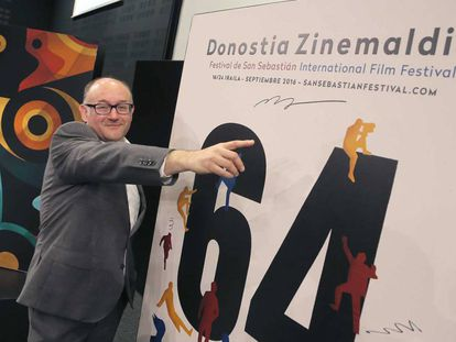 José Luis Rebordinos posa este jueves con el cartel de la Sección Oficial del Zinemaldia 2016.