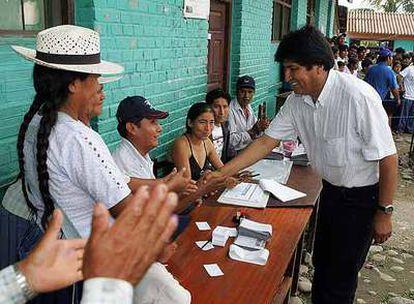 El presidente de Bolivia, Evo Morales, saluda a los miembros de una mesa electoral en Cochabamba.