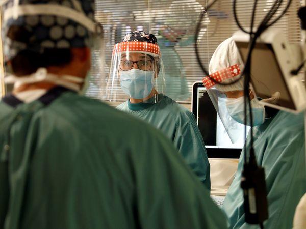 GRAFCAT5106. BARCELONA, 25/11/2020.- Varios profesionales sanitarios trabajan en la UCI del Hospital Vall d'Hebron de Barcelona este miércoles, cuando los hospitales catalanes siguen aliviando su situación y hoy han logrado bajar de la barrera de 2.000 pacientes de COVID hospitalizados y de 500 graves en la UCI, aunque en las últimas 24 horas se han diagnosticado 1.704 nuevos contagios y se han reportado otros 30 fallecidos. EFE/Alberto Estévez