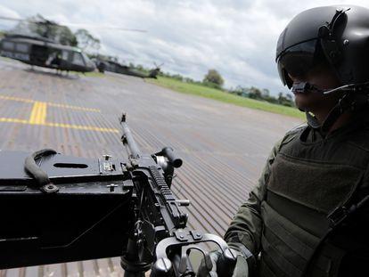 Agente de policía antinarcóticos , antes de sobrevolar cultivos de coca durante una operación de erradicación en Tumaco, en febrero de este año.