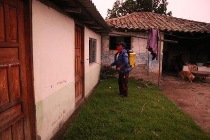 Un vecino fumiga las casas de La Calera, en Ecuador, durante la crisis de la covid-19.