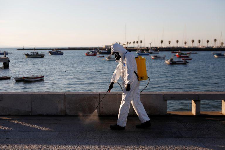 Desinfección del paseo marítimo de Cascais.