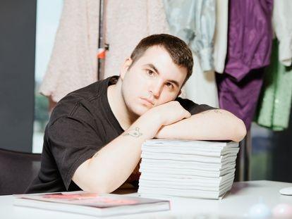 Quique Vidal, creador de la marca de ropa Becomely, en su estudio
