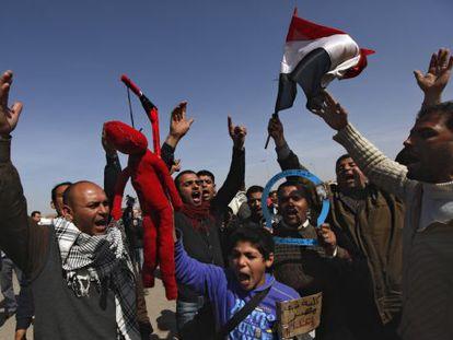 Manifestantes egipcios piden la pena de muerte contra Mubarak en una protesta fuera del tribunal.