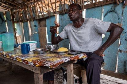 Emile Yapo, de 60 años, almuerza un plato de carne de rata con mandioca y salsa picante de berenjenas en el restaurante Crinsh-Crinsh de la localidad costamarfileña de Agou.