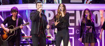 Juanes y Bebe, durante su actuación en la gala de los XXII premios de la Cadena Dial.