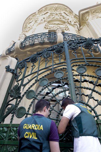 Dos agentes de la Guardia Civil en la reja del Palacio de Longoria (Madrid), sede de la SGAE, el 1 de julio de 2011, día de la detención de Teddy Bautista.